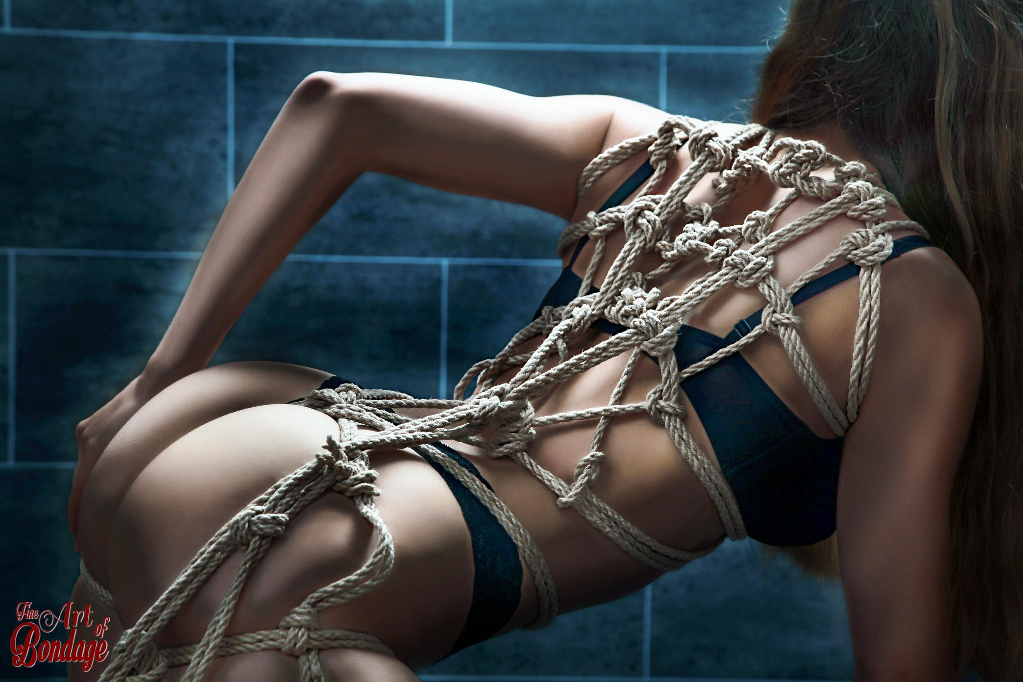 1686 - Rope Harness on her back
